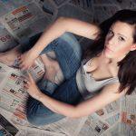 Home Fotoshooting mit Zeitung Fashion Portraits Indoor mit weiblichem Model